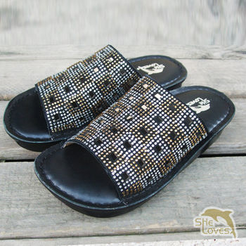 【SHELOVES 喜樂絲】真皮亮鑽縷空厚底休閒拖鞋 黑色