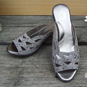 【SHELOVES 喜樂絲】鑲鑽鏤空低跟涼鞋 灰色