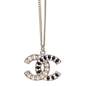 CHANEL 香奈兒經典CC LOGO 鏤空雙色珍珠鑲嵌造型項鍊(白X藍)64978-BLANC-BLU