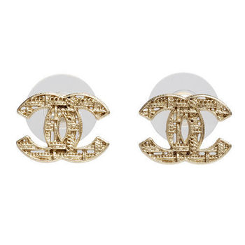 CHANEL 香奈兒經典CC LOGO 鏤空格紋造型穿式耳環(金)