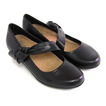 【Clarks_克拉克】俐落別緻素面一字帶蝴蝶結進口全真皮低粗跟娃娃鞋-黑色
