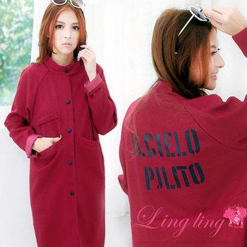 【lingling】立領圓釦口袋後英字洋裝外套(質感棗紅)A1830-02