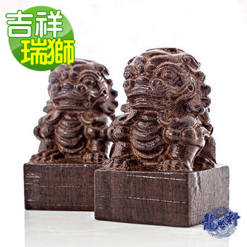 【龍吟軒】黑紫檀木 闢邪鎮宅吉祥瑞獅木雕一對工藝擺件 (手把件)