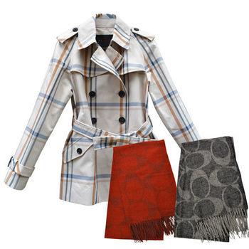 【COACH】經典米色雙排扣格紋英倫風衣+時尚經典質感C LOGO羊毛圍巾(紅/黑)