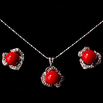 【KAGAYAKU】綻亮典藏紅蜜蠟 夾式耳環+項鍊(贈品 璀璨珍珠項鍊)
