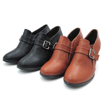 【 cher美鞋】內真皮 鬆緊帶復古飾釦粗跟踝靴  (黑  棕2色) 531-77