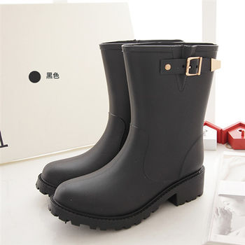 《DOOK》環帶飾釦中筒防水雨靴-黑色