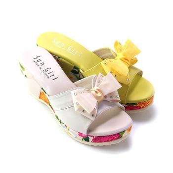 【GREEN PHOENIX】雙層緞帶立體蝴蝶結水鑽不對稱多彩花草全真皮楔型拖鞋-黃色、米色