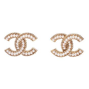 CHANEL 經典CC LOGO珠邊設計珍珠鑲嵌穿式耳環(金)