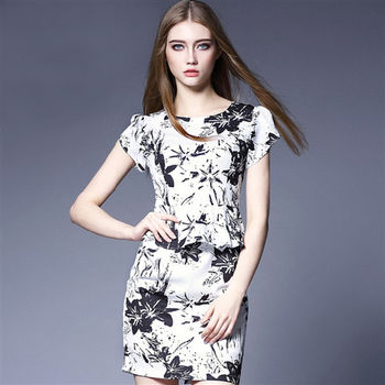 【M2M】圓領時尚單色印花腰間荷葉邊短袖洋裝