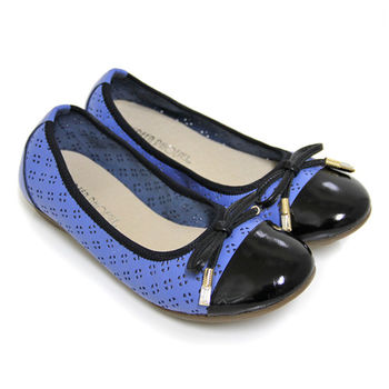 【GREEN PHOENIX】綁帶蝴蝶結水鑽雕花異材質拼接束口帶全真皮平底娃娃鞋-藍色
