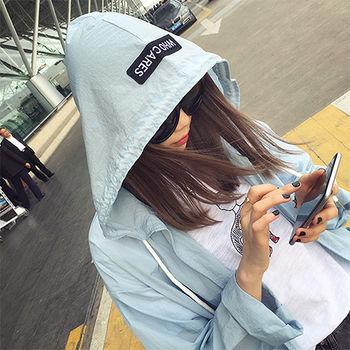 【Fabulous!!】韓版連帽字母寬鬆休閒薄款風衣外套(白 藍)