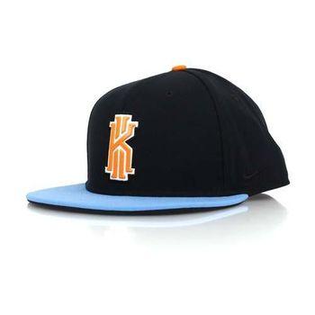 【NIKE】KYRIE IRVING 2 運動棒球帽-後扣 黑橘藍