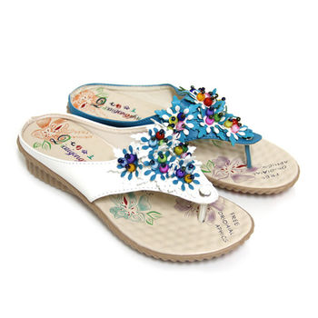 【Pretty】七彩串珠拼色花朵點綴坡跟夾腳拖鞋-藍色、白色