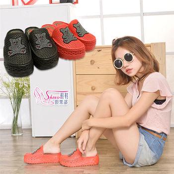 【Shoes Club】【200-3214】拖鞋.耀眼水鑽熊熊防水洞洞前包休閒防水海灘厚底拖鞋 2色.紅/黑