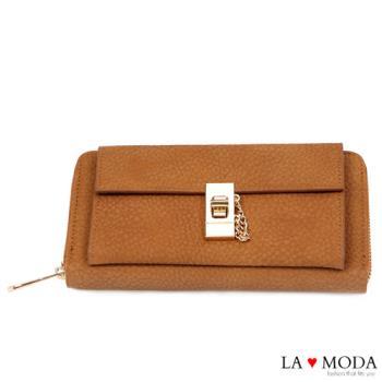 La Moda 獨家開版柔軟荔枝牛紋旋鈕釦飾大容量拉鍊長夾 (咖啡)