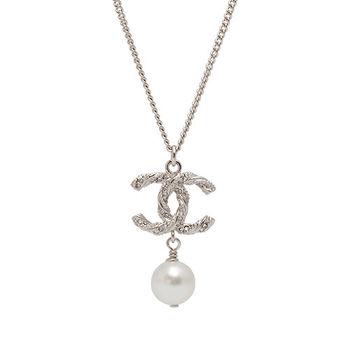 CHANEL 經典雙C麻花造型水鑽鑲嵌珍珠墜飾項鍊(銀)