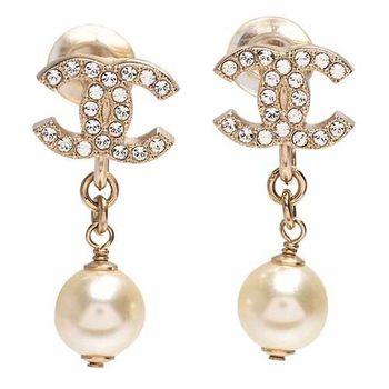 CHANEL 香奈兒經典CC LOGO水鑽鑲嵌珍珠吊飾夾式耳環(金)