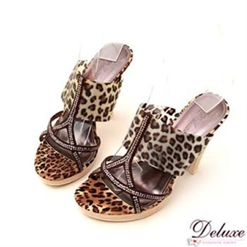 【Deluxe】明星款豹紋Y字水鑽仿木紋高跟涼鞋(豹紋咖)