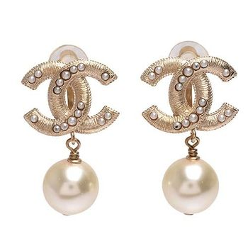 CHANEL 經典大雙C LOGO刻紋鑲嵌珍珠墜飾夾式耳環(金)