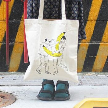 【SEIO】帆布包 環保包 經典歐美 SEIO 自定款設計環保帆布包 人類香蕉打架 逗趣 香蕉大玩具 手拿肩背包