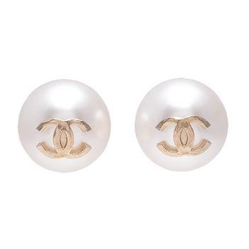 CHANEL 經典CC LOGO大珍珠造型穿式耳環(金)