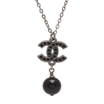 CHANEL 經典雙C LOGO水鑽鑲嵌珍珠墜飾項鍊(黑)