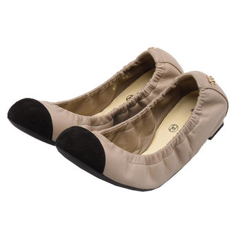 CHANEL 經典雙C LOGO小羊皮拼接麂皮縮口娃娃鞋(杏X黑-35)