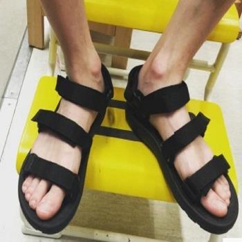 【協貿國際】黑色魔術貼沙灘涼鞋男式休閒涼鞋純色一雙