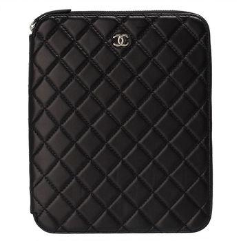 CHANEL 經典菱格紋小羊皮Apple iPad拉鍊式多功能(黑)