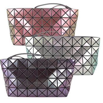 【ISSEY MIYAKE 三宅一生】BAO BAO PRISM METALLIC 4x8金耀菱格手拿包(3色)