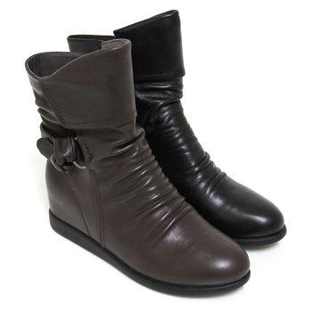 【GREEN PHOENIX】抓皺線條扭轉結牛皮內增高斜角中筒靴-黑色、咖啡色
