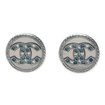 CHANEL 經典CC LOGO滾邊圓牌造型水鑽鑲嵌夾式耳環(銀)