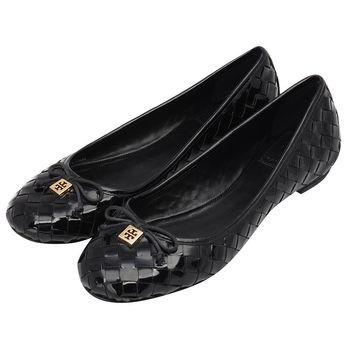 TORY BURCH 金色簍空LOGO蝴蝶結編織漆皮平底娃娃鞋(黑色)