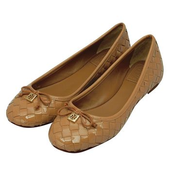 TORY BURCH 金色簍空LOGO蝴蝶結編織漆皮平底娃娃鞋(棕色)
