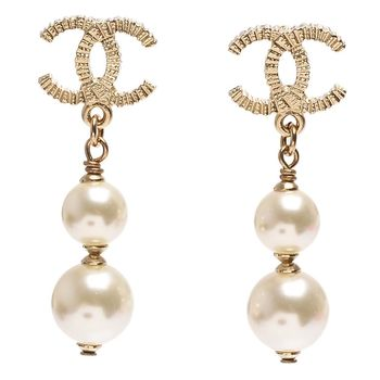 CHANEL 香奈兒經典質感刻紋CC LOGO珍珠吊飾造型穿式耳環(金)
