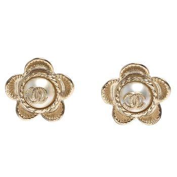 CHANEL 香奈兒經典雙C LOGO珍珠鑲嵌花朵造型穿式耳環(金)