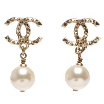 CHANEL 香奈兒經典立體三角CC LOGO珍珠吊飾造型穿式耳環(金)