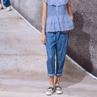 【龐吉 PANGCHI】經典牛仔藍小花繡休閒褲(1716026-31/32)
