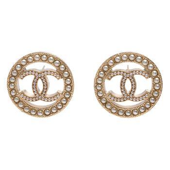 CHANEL 經典CC LOGO鏤空墜飾圓形滾邊珍珠鑲嵌造型穿式耳環(金)