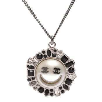 CHANEL 經典雙C LOGO笑臉圖型水鑽寶石鑲嵌花邊設計墜飾項鍊(霧銀)