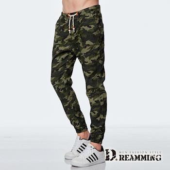 【Dreamming】時尚迷彩皮標抽繩束口休閒長褲(軍綠)