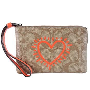 COACH x Keith Haring 聯名款心型塗鴉 PVC 拉鍊手拿包(卡其橘)