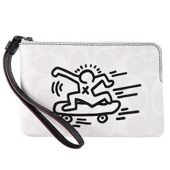 COACH x Keith Haring 聯名款滑板人塗鴉 PVC 拉鍊手拿包(米白)