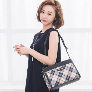 【金安德森】新經典美學 優雅收納三夾層隨身側背包-經典黑(KA155704BKF)