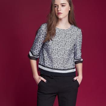 ICHE衣哲 精緻設計款3D雕花拼接短版造型上衣-黑-,