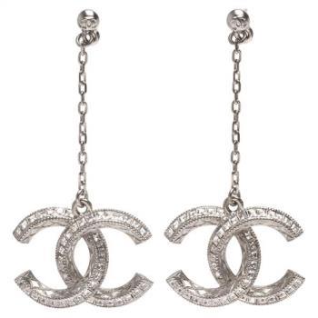 CHANEL 經典多層次雙C LOGO方鑽排列鑲嵌金屬刻紋飾邊墜飾穿式耳環(銀)