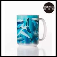 摩達客(預購)美國The Mountain 鯊魚覓食 圖案設計藝術馬克杯 440ml