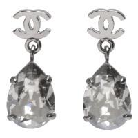 CHANEL 經典CC LOGO水滴型水鑽鑲嵌墜飾穿式耳環(銀)