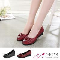 【MOM】真皮頭層牛皮優雅蝴蝶結飾舒適軟底坡跟鞋(黑)